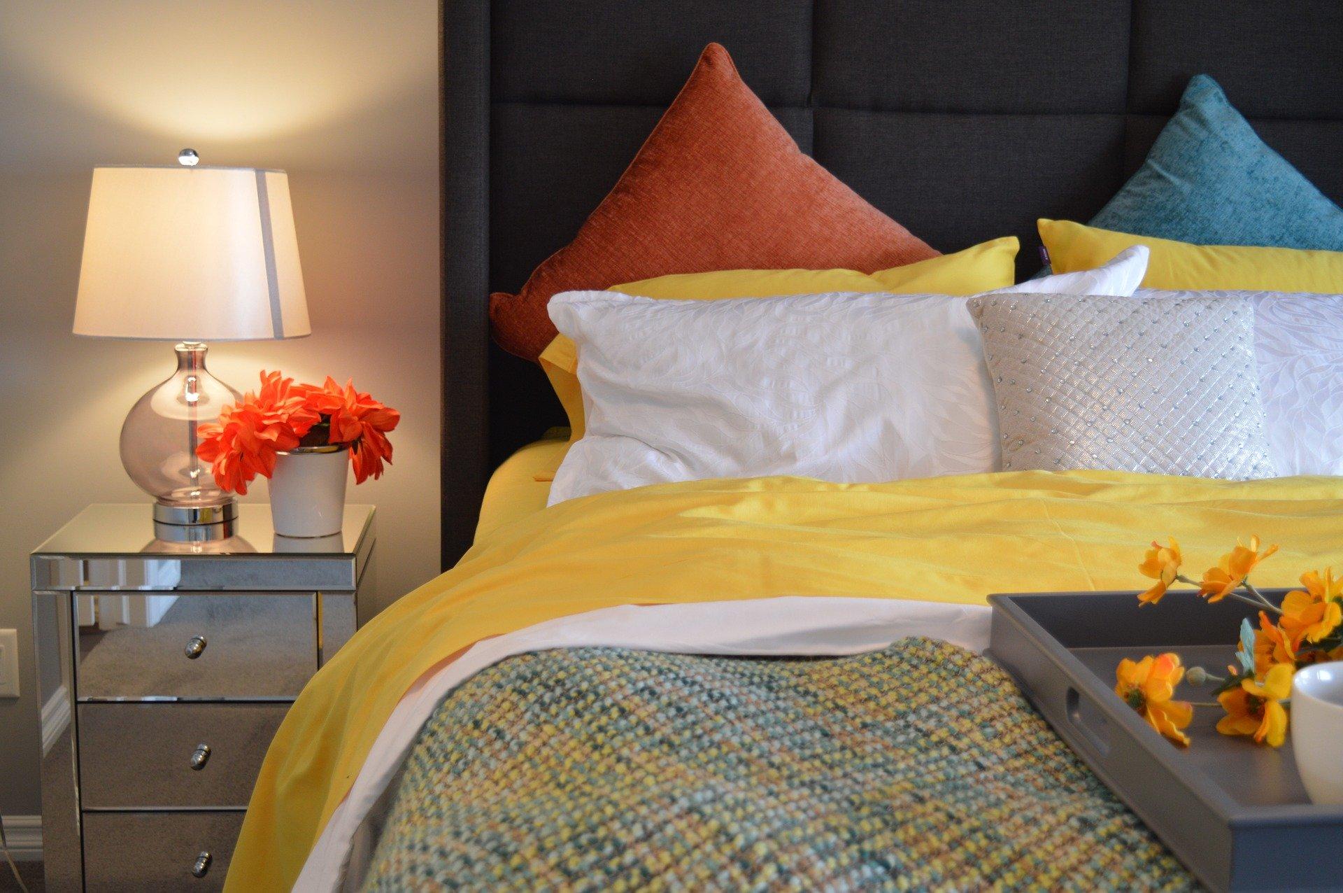Нощното шкафче – малка мебел с голям принос за нашия комфорт
